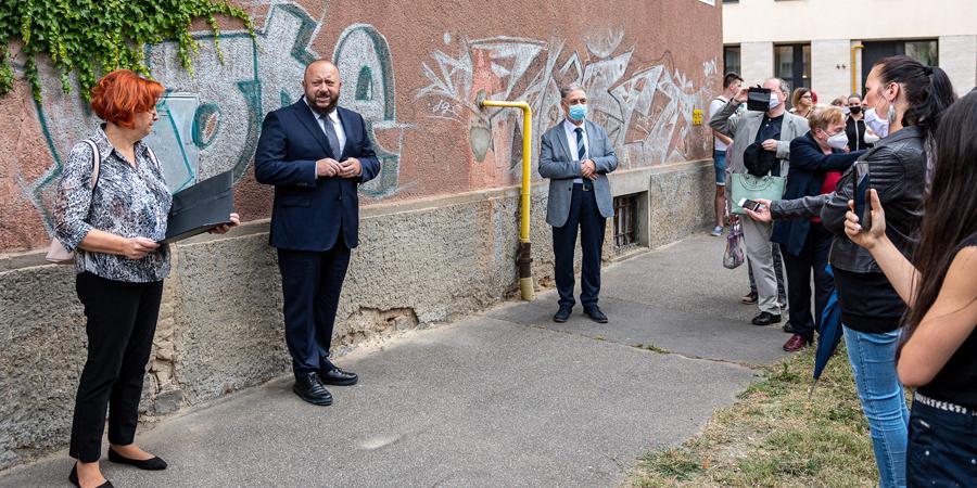 Mementó a járdán: újabb 12 botlatókő emlékeztet Debrecenben a holokausztra – fotókkal
