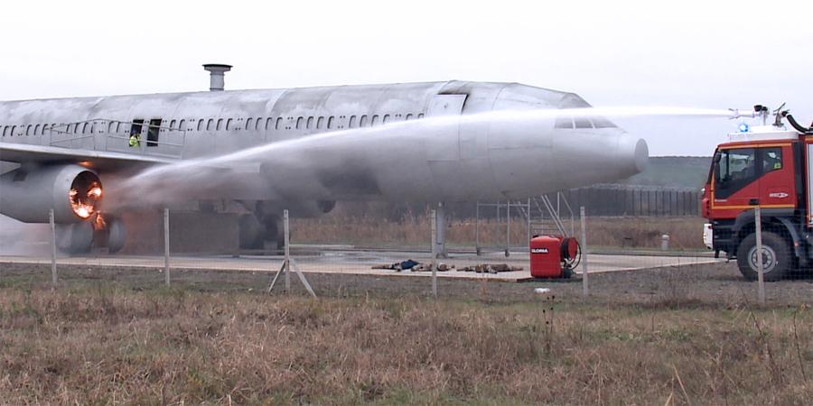 Lángolt a hajtómű: tűzoltók gyakorlatoztak a debreceni reptéren